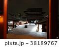 雪の夜の浅草寺本堂 38189767