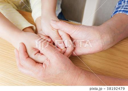 子供の手を握る母とおばあちゃん 38192479