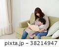 絵本を読む親子 38214947