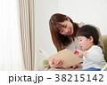 絵本を読む親子 38215142