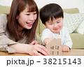 家のオブジェを持つ親子 38215143