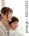 リラックスする親子 38215325