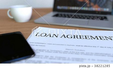copy of loan agreement on the desk 3d renderingのイラスト素材