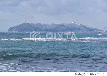 冬の函館山と荒れた津軽海峡 38225553