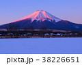 忍野村から雪景色の朝の富士山 38226651
