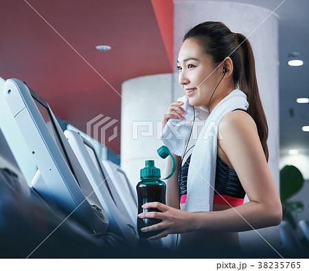 スポーツジム ランニング マシン 女性 38235765