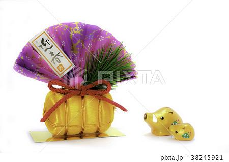 イノシシの親子と正月飾り 38245921
