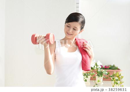 運動する女性 38259631