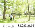 男女カップル(緑背景) 38261084