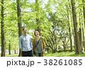 男女カップル(緑背景) 38261085