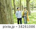 男女カップル(緑背景) 38261086