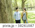 男女カップル(緑背景) 38261087