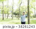爽やかな男性(緑背景) 38261243