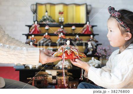 雛人形を手渡す親子 38276800