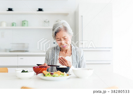 シニア 女性 食事 38280533