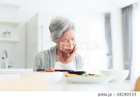 シニア 女性 食事 悩む 38280535