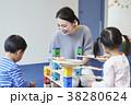 知育玩具で遊ぶ子供 38280624