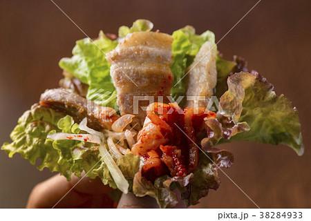 サンチュで巻くサムギョプサル料理 38284933