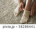 5本指ソックスを履く若い日本人女性 38286441