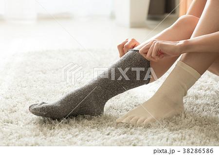 靴下を重ね履きする冷え性の日本人女性 38286586