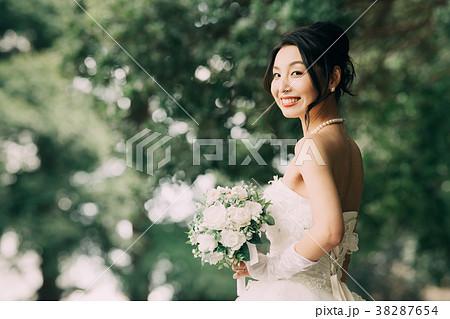 ウェディングドレスの女性 ガーデンウエディング 38287654