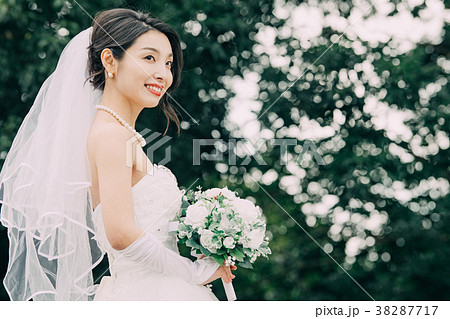 ウェディングドレスの女性 ブライダル 花嫁 38287717