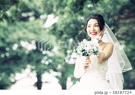 ウェディングドレスの女性 ブライダル 花嫁 38287724