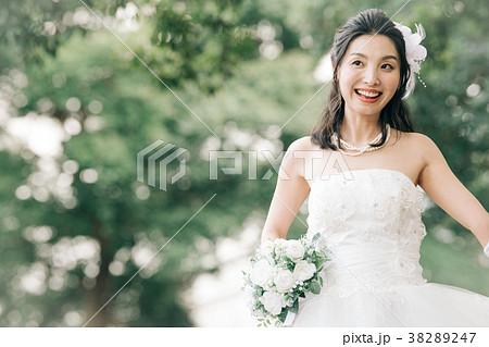 ウェディングドレスの女性 ブライダル 花嫁 屋外 38289247