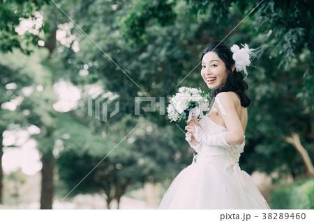 ウェディングドレスの女性 ブライダル 花嫁 屋外 38289460
