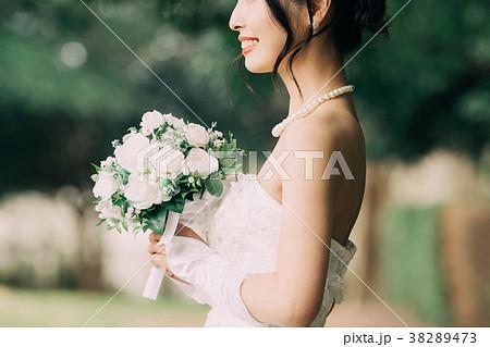 ウェディングドレスの女性 ブライダル 花嫁 ブーケ 38289473