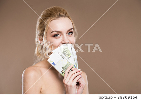 portrait of a girl with money near the personの写真素材 38309164
