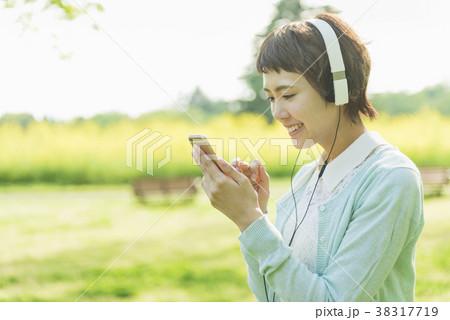 公園で音楽を聴く女性 38317719