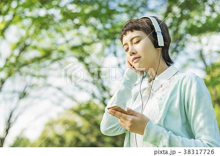 公園で音楽を聴く女性 38317726