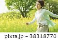 女性 走る 菜の花畑の写真 38318770