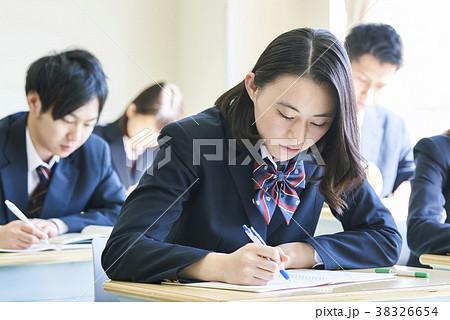 勉強中の学生たち 38326654