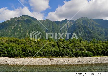上高地、梓川越しに 左側から六百山 三本槍 八右衛門沢 霞沢岳 を望む 38334409