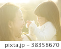 公園で遊ぶ親子 38358670