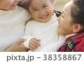 公園で遊ぶ親子 38358867