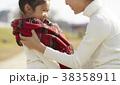 公園で遊ぶ親子 38358911