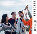 海辺でパーティーを楽しむ男女 38359388