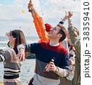 海辺でパーティーを楽しむ男女 38359410