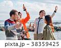海辺でパーティーを楽しむ男女 38359425