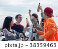 海辺でパーティーを楽しむ男女 38359463