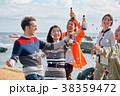 海辺でパーティーを楽しむ男女 38359472