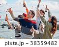 海辺でパーティーを楽しむ男女 38359482
