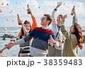 海辺でパーティーを楽しむ男女 38359483