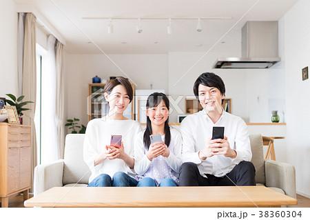 若い家族(スマホ) 38360304