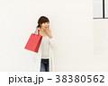 ショッピングをする女性 38380562