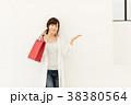 ショッピングをする女性 38380564