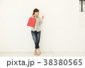 ショッピングをする女性 38380565